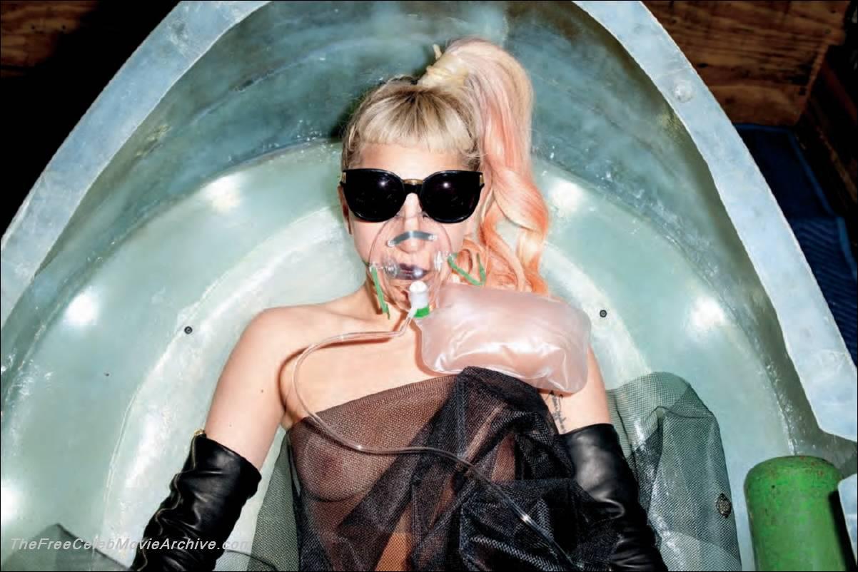 Леди Гага (Lady GaGa) фотосессия в ванной